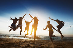 Vacances heureuses d'amitié de saut de coucher du soleil d'amis Images libres de droits