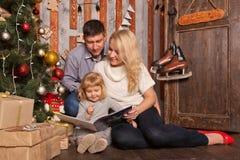 Vacances heureuses de Noël et d'hiver de famille Image libre de droits