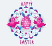 Vacances heureuses de Pâques avec des oreilles et des pattes de lapin, un oeuf et deux poulets drôles sur un fond floral coloré illustration stock