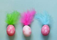 Vacances heureuses de Pâques ! Oeufs colorés décoratifs Image stock