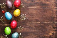 Vacances heureuses de Pâques ! Oeufs colorés décoratifs Photographie stock