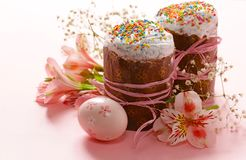 Vacances heureuses de Pâques ! Oeufs colorés décoratifs Photo libre de droits