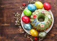 Vacances heureuses de Pâques ! Oeufs colorés décoratifs Photographie stock libre de droits