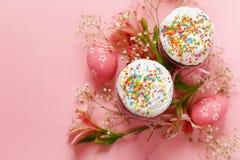 Vacances heureuses de Pâques ! Oeufs colorés décoratifs Images libres de droits