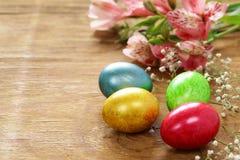 Vacances heureuses de Pâques ! Oeufs colorés décoratifs Photo stock