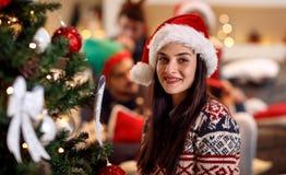 Vacances, hiver et concept de personnes - jeune femme dans le chapeau b de Santa Photos stock