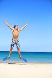 Vacances - homme heureux de plage sautant avec naviguer au schnorchel Image libre de droits