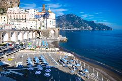 Vacances italiennes Vue de la belle ville d'Atrani à la côte célèbre d'Amalfi avec le Golfe de Salerno images stock