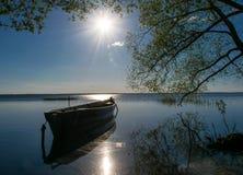Vacances jaunes de coucher du soleil de lumière du soleil d'été de coucher du soleil d'été de lac du soleil de bateau de large images stock