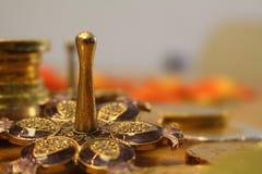 Vacances juives Hanoucca avec le dreidel argenté avec des pièces de monnaie de grenade et de chocolat Image libre de droits