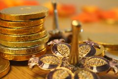 Vacances juives Hanoucca avec les pièces de monnaie argentées de dreidel et de chocolat Image stock