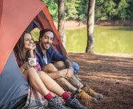 Vacances les explorant de voyage de couples dans la forêt Photographie stock