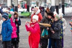 Vacances Maslenitsa Neige d'hiver Enfants avec des butées toriques Nous voyons l'hiver Les enfants jettent un balai image libre de droits