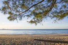 Vacances, mer bleue ? la lumi?re du soleil douce d'apr?s-midi sur une plage vide photos stock