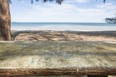 Vacances, mer bleue ? la lumi?re du soleil douce d'apr?s-midi sur une plage vide photo libre de droits