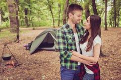 Vacances merveilleuses ensemble Les jeunes amants mignons étreignent dans a Photos stock