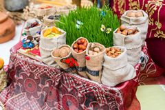 Vacances nationales azerbaïdjanaises Novruz zoroastrianism Festins traditionnels de vacances Graines, noix, dates photos libres de droits