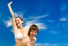 Vacances ou concept d'amour Couples de sourire ayant l'amusement au-dessus du fond de ciel Images stock