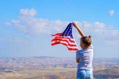 Vacances patriotiques Enfant heureux, fille mignonne de petit enfant avec le drapeau am?ricain Les Etats-Unis c?l?brent le 4?me j images libres de droits