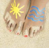 Vacances - petite fille avec les pieds peints Images libres de droits