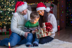Vacances, présents, concept de Noël - garçon heureux de mère, de père et d'enfant avec le boîte-cadeau Photographie stock