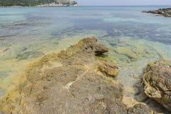 Vacances, roches par la mer avec des vagues de la mer Méditerranée Photos libres de droits