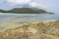 Vacances, roches par la mer avec des vagues du Ne de la mer Méditerranée Images libres de droits