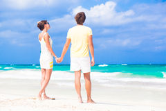 Vacances romantiques d'amants sur une plage tropicale. Image libre de droits