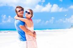 Vacances romantiques d'amants sur une plage tropicale. Photographie stock