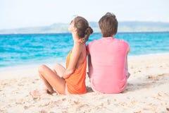 Vacances romantiques d'amants sur une plage tropicale. Photo stock