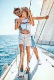 Vacances romantiques et voyage de luxe - homme heureux avec la fille sur un bateau à voile photos libres de droits