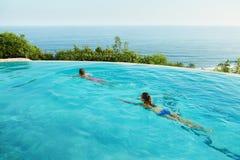 Vacances romantiques pour des couples dans l'amour Les gens dans la piscine d'été Photos stock