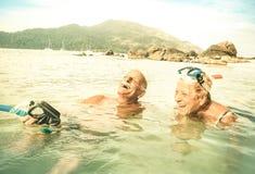 Vacances supérieures de couples ayant l'amusement véritable sur la plage tropicale Photos libres de droits
