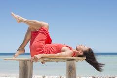 Vacances tropicales décontractées de plage de femme Photo stock