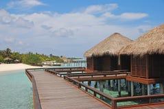 Vacances tropicales rêveuses d'île dans le pavillon en bois traditionnel d'Overwater Photographie stock libre de droits