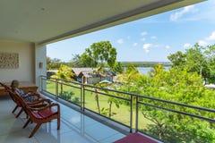 In vacanza in Bali che si rilassa sul balcone fotografia stock