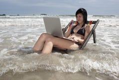 Vacanza con il computer portatile Fotografia Stock