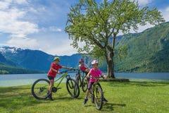 Vacanza dell'attivo della famiglia Destinazione verde immagini stock libere da diritti