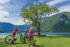Vacanza dell'attivo della famiglia Destinazione verde fotografie stock