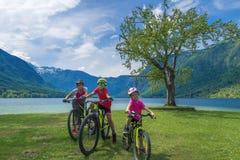Vacanza dell'attivo della famiglia Destinazione verde fotografia stock libera da diritti