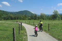 Vacanza dell'attivo della famiglia Destinazione verde fotografie stock libere da diritti