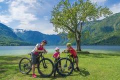 Vacanza dell'attivo della famiglia Destinazione verde immagine stock