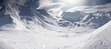Vacanza della pista di sci nelle alpi austriache nevose e soleggiate di inverno, panorama Immagine Stock