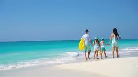 Vacanza della spiaggia della famiglia stock footage