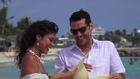 Vacanza della spiaggia delle coppie di divertimento video d archivio