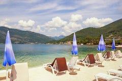 Vacanza della spiaggia di estate Baia di Cattaro, Teodo, Montenegro Fotografie Stock Libere da Diritti