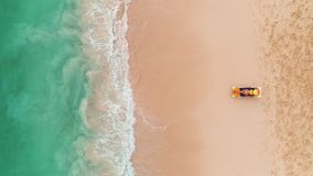 Vacanza della spiaggia in isola tropicale di paradiso, donna sexy di abbronzatura che si rilassano sul fondo idilliaco di estate  stock footage