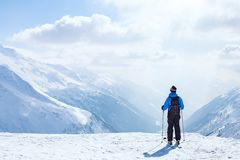 Vacanza dello sci, fondo di sci, sciatore nel bello paesaggio della montagna, vacanze invernali immagini stock
