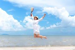 Vacanza di estate Donne asiatiche odoranti che si rilassano, saltanti e giocanti le ukulele sulla spiaggia, così felice e di luss fotografia stock libera da diritti