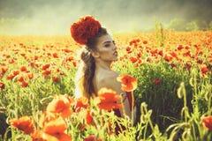 Vacanza di estate ragazza nel campo del seme di papavero fotografie stock libere da diritti